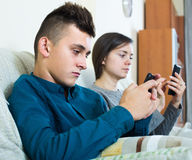 Mãe e filho com smartphones em casa Foto de Stock
