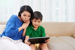Mãe e filho com tabuleta digital Imagens de Stock