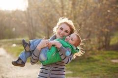 Mãe e filho felizes embrace imagem de stock