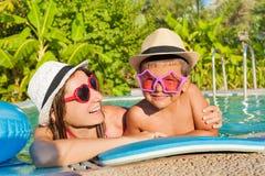 Mãe e filho felizes na piscina imagens de stock