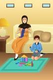 Mãe e filho muçulmanos em casa Fotos de Stock