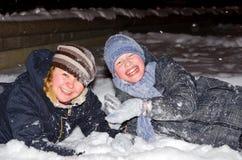 Mãe e filho na neve Fotos de Stock
