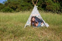 Mãe e filho novo em uma barraca do ar livre do piquenique fotos de stock