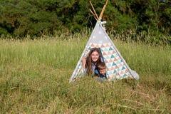 Mãe e filho novo em uma barraca do ar livre do piquenique foto de stock royalty free