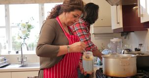 Mãe e filho que cozinham junto vídeos de arquivo