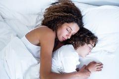 Mãe e filho que dormem junto fotos de stock