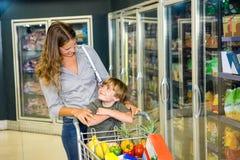 Mãe e filho que fazem compras na mercearia Fotografia de Stock Royalty Free