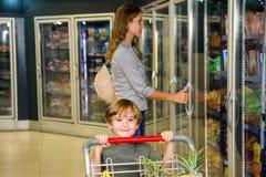 Mãe e filho que fazem compras na mercearia Imagens de Stock