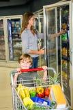 Mãe e filho que fazem compras na mercearia Fotos de Stock Royalty Free