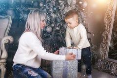 Mãe e filho que guardam a caixa atual imagens de stock