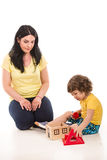 Mãe e filho que jogam com casa do brinquedo Imagens de Stock Royalty Free