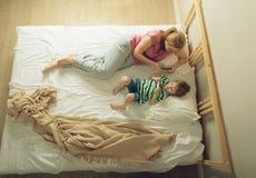 Mãe e filho que jogam com telefones Fotografia de Stock Royalty Free