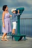 Mãe e filho que olham através dos binóculos Imagens de Stock Royalty Free