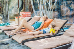 Mãe e filho que relaxam nos vadios do sol pela associação imagem de stock