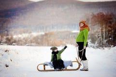 Mãe e filho que têm o divertimento fora no inverno Imagens de Stock