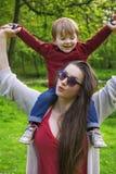 Mãe e filho que têm o divertimento no parque Imagem de Stock Royalty Free