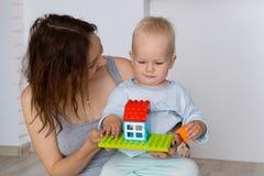 Mãe e jogo e descoberta da criança fotografia de stock