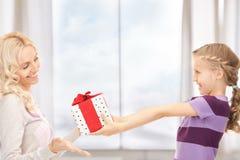 Mãe e menina com presentes fotos de stock