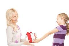 Mãe e menina com presentes foto de stock royalty free