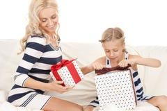 Mãe e menina com presentes imagens de stock royalty free