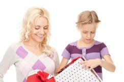 Mãe e menina com presentes imagem de stock royalty free
