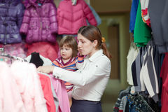 Mãe e menina na loja de roupa Imagens de Stock
