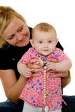 A mãe e o bebê estão sorrindo Fotos de Stock Royalty Free