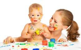 A mãe e o bebê pintam sujo das mãos das cores isolado no branco Imagens de Stock
