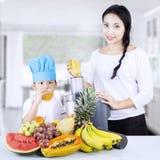 Família saudável que come o suco de fruto em casa Fotos de Stock Royalty Free