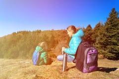 A mãe e o filho viajam nas montanhas que bebem o chá quente Fotografia de Stock Royalty Free