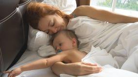 A mãe e o rapaz pequeno acordaram na manhã filme