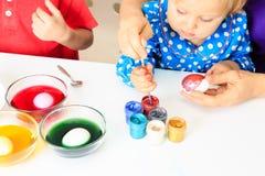 Mãe e ovos pequenos da pintura da filha, easter Foto de Stock Royalty Free
