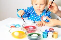 Mãe e ovos pequenos da pintura da filha, easter Fotos de Stock Royalty Free