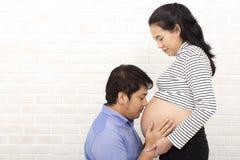Mãe e pai grávidos Pai futuro novo feliz junto Apreciação do pai e da mãe Mamã e paizinho Povos asiáticos fotos de stock