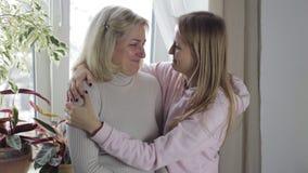 Mãe e riso e abraço da filha com grande amor video estoque