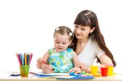 Mãe e seu lápis da menina da criança junto Fotos de Stock Royalty Free