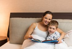 Mãe e seu livro de leitura do filho Fotos de Stock Royalty Free