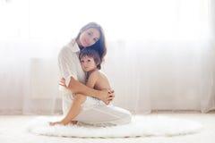 Mãe e sua criança, abraçando Fotografia de Stock Royalty Free