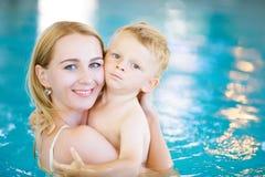 Mãe e sua natação do filho da criança na associação imagens de stock royalty free