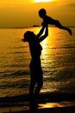 Mãe e suas silhuetas da criança Fotografia de Stock