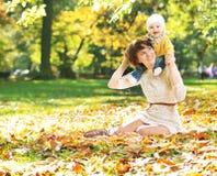 Mãe encantador que joga com seu bebê Imagem de Stock