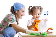 A mãe ensina o quarto desinfetado da criança da filha fotografia de stock