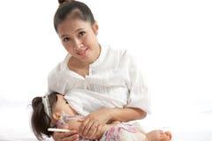A mãe está amamentando para seu bebê Imagem de Stock