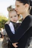 Mãe com a criança nos braços Imagem de Stock
