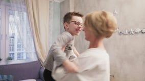 A mãe feliz abraça seu filho e dança com ele video estoque