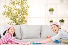 Mãe feliz com as crianças que spring cleaning imagem de stock