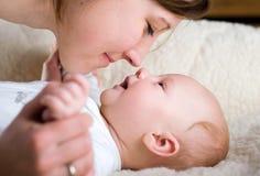 Mãe feliz com bebê fotografia de stock
