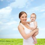 Mãe feliz com bebê adorável Imagens de Stock Royalty Free