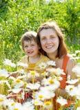 Mãe feliz com a filha no verão Fotos de Stock Royalty Free