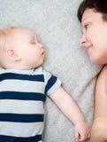 Mãe feliz com bebê de sono Fotos de Stock Royalty Free